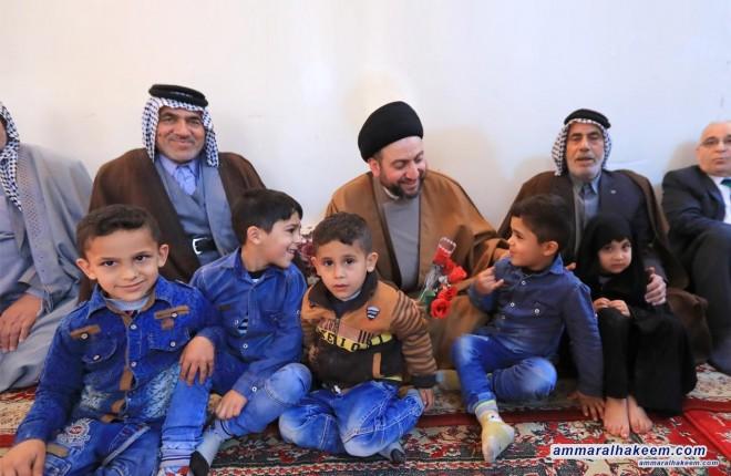 السيد عمار الحكيم يتفقد عددا من عوائل الشهداء في مدينة كربلاء المقدسة