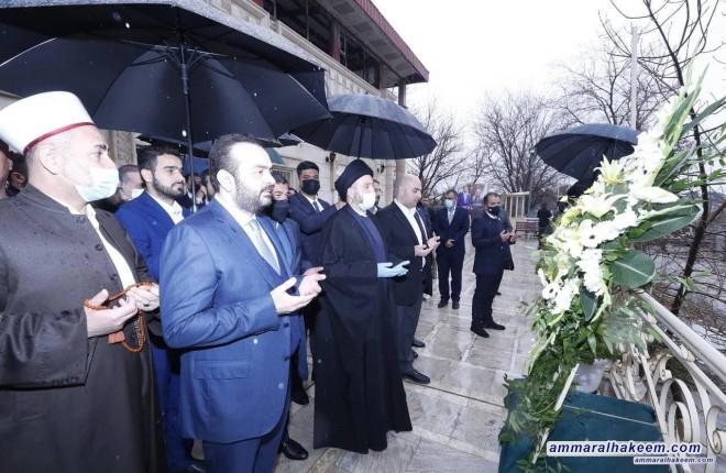 السيد عمار الحكيم يضع اكليلا من الزهور على قبر الشيخ محمد الكسنزاني