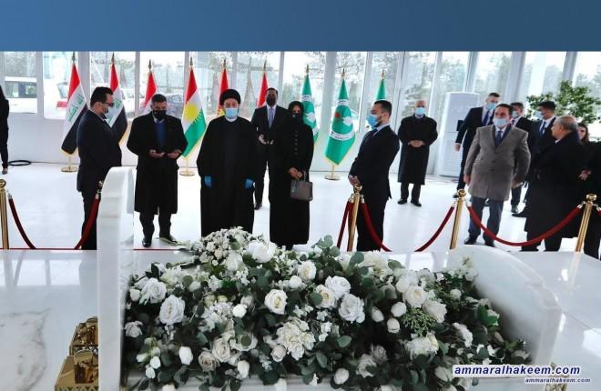 السيد عمار الحكيم يضع اكليلا من الزهور على قبر الرئيس الراحل جلال طالباني